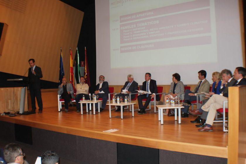 Juan Espadas, alcalde de Sevilla, en el centro de la imagen, momentos antes de inaugurar las conferencias.