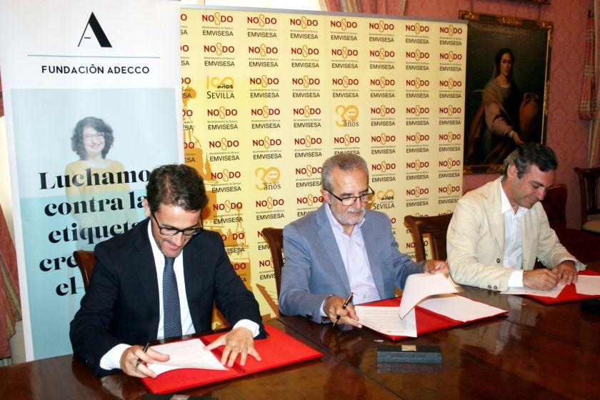 De izquierda a derecha, José Antonio Payán, coordinador de la Fundación Adecco en Andalucía; Juan Manuel Flores, delegado de Bienestar Social y Empleo del Ayuntamiento de Sevilla; y Felipe Castro, gerente de Emvisesa.