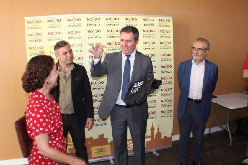 Juan Espadas, alcalde de Sevilla, haciendo entrega de las llaves de uno de los últimos locales del Primer Plan de Empleo, acompañado de Juan Manuel Flores y Felipe Castro.