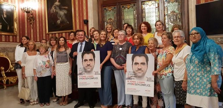 Myriam Díaz y Juan Carlos Cabrera estuvieron acompañdos en la presentación de la campaña por numerosos representantes de colectivos y entidades que participan en el Consejo Municipal de la Mujer.