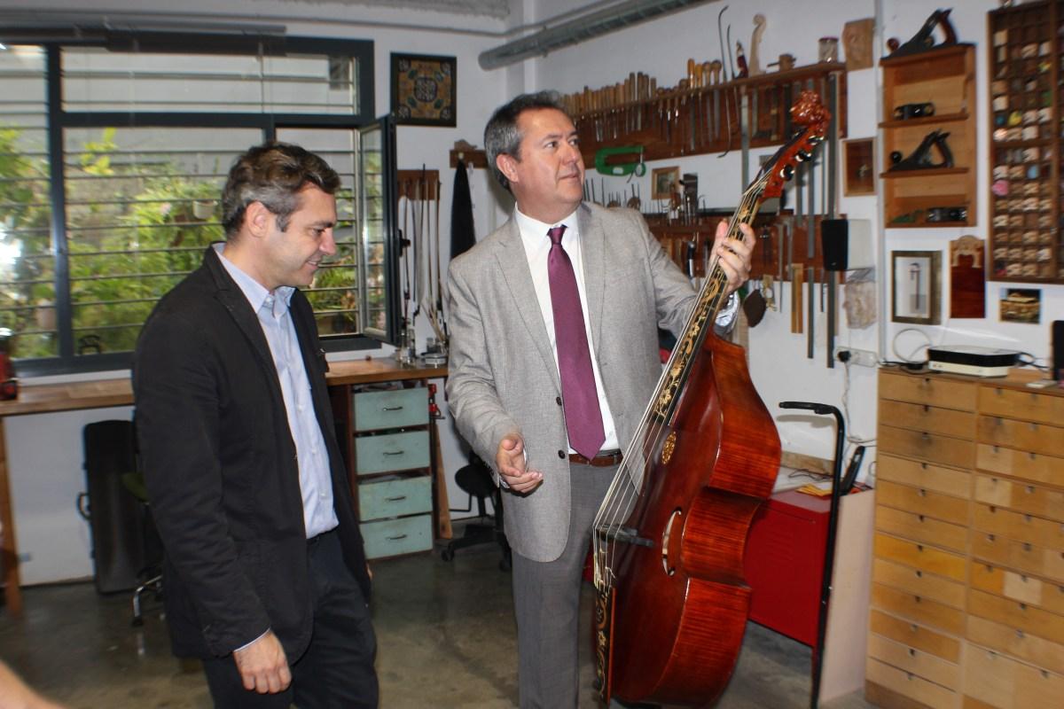 """Juan Espadas visita """"Rompemoldes"""" en la celebración de su sexto aniversario, en el marco del centenario de la Empresa Municipal de la Vivienda"""