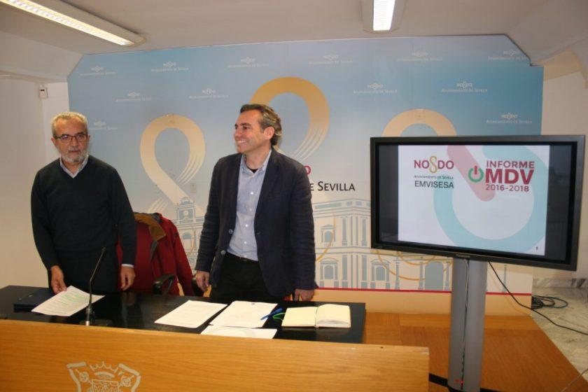 Juan Manuel Flores y Felipe Castro momentos antes de iniciarse la rueda de prensa en la que se presentó el Informe de Gestión de la OMDV.