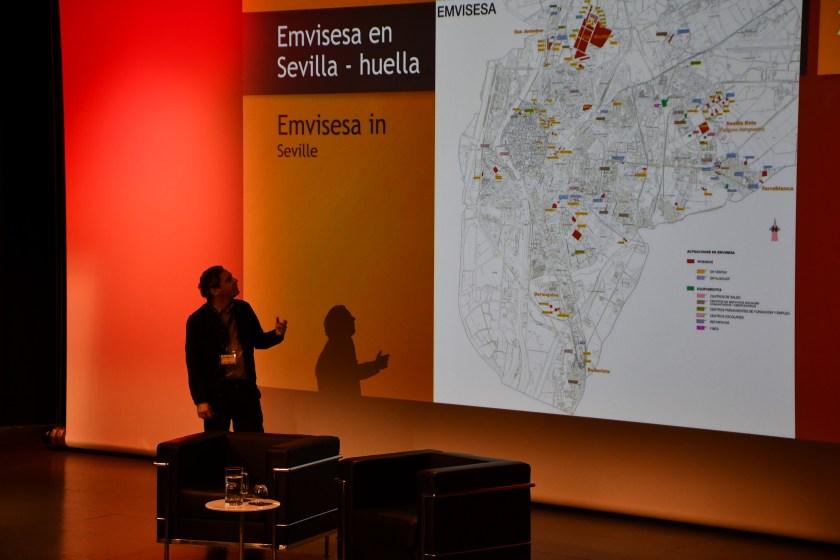 Felipe Castro, director gerente de Emvisesa, frente al plano de Sevilla donde están localizadas las 22.000 viviendas protegidas de Emvisesa.