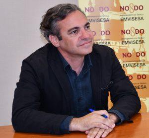 Felipe Castro y Lucía Gómez firmando en convenio entre Emvisesa y Albatros Andalucía.