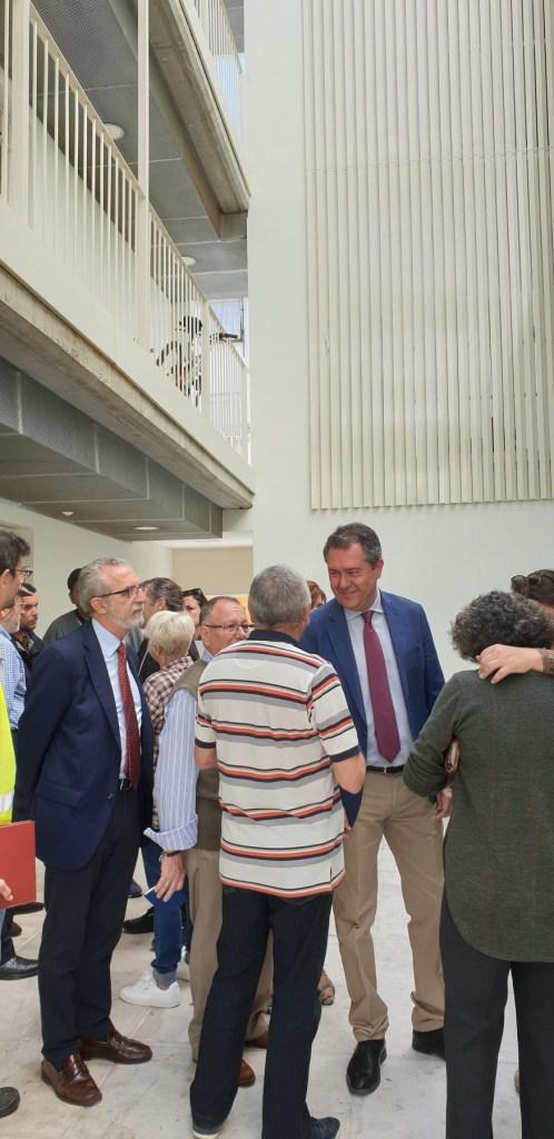 Juan Espadas, alcalde de Sevilla, durante la visita a la barriada de Los Pajaritos.