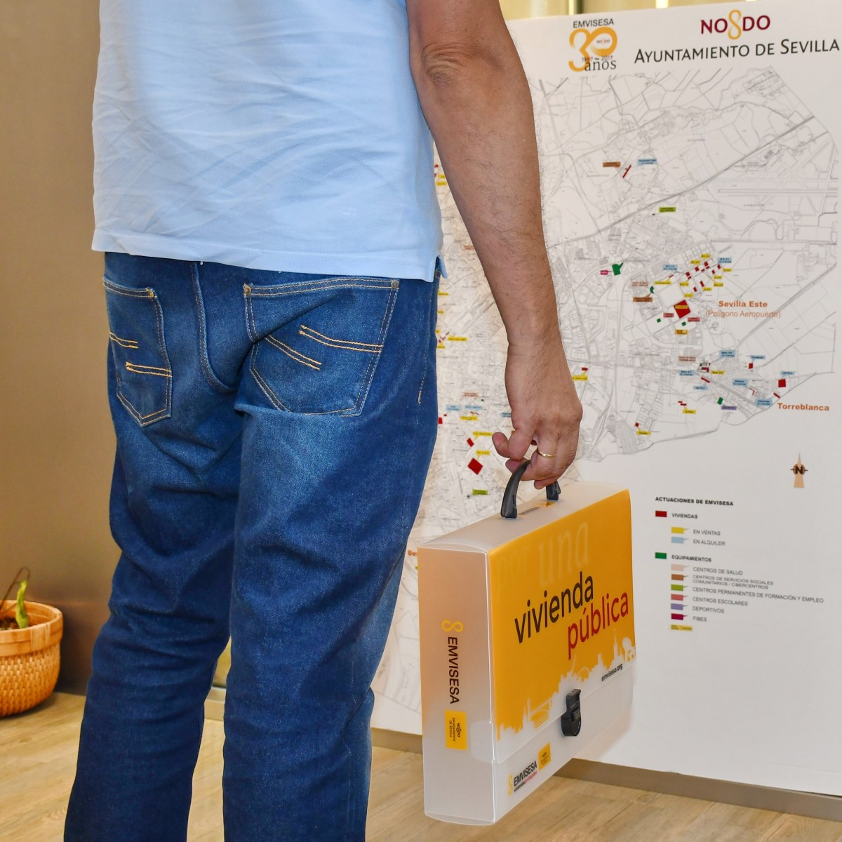 """Los inquilinos de Emvisesa que han resultado beneficiarios del plan de ayudas """"Alquila 2017"""" recibirán 320.000 euros con los que abonar la mitad de sus rentas de alquiler"""
