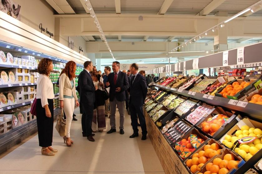 Juan Espadas destacó la apuesta medioambiental de la nueva superficie comercial –la más grande de la empresa alemana en la provincia–, al contar con placas fotovoltaicas, puntos de recarga eléctrica y otras iniciativas de eficiencia energética, además de eliminar las bolsas de plástico para las compras de su sección de frutas y verduras.