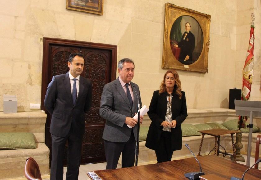 Juan Espadas, alcalde de Sevilla, acompañado por la delegada de Hacienda y Administración Pública, Sonia Gaya, y el director general de Hacienda y Gestión Presupuestaria, José Miguel Herrera.