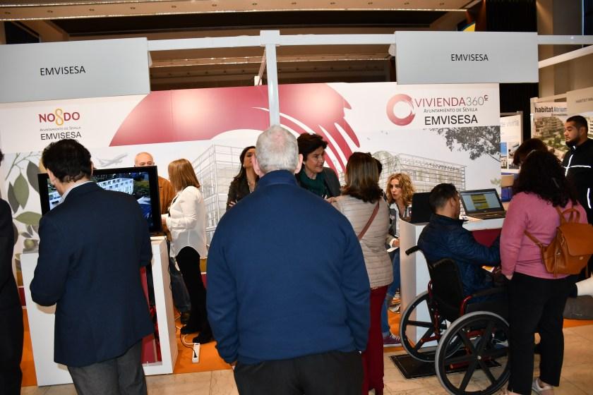 El estand de Emvisesa en Welcome Home ha atraído a numeroso público para incribirse en la convocatoria y recibir información sobre las nuevas promociones de vivienda asequible que está desarrollando la empresa pública del Ayuntamiento de Sevilla.