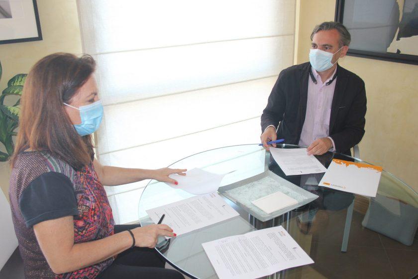 Felipe Castro, director gerente de Emvisesa, y Cristina Murillo, decana del COAS, han sido los encargados de suscribir la renovación del convenio.