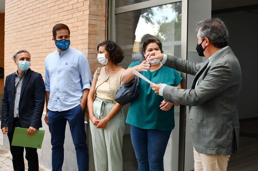Juan Espadas hace entrega de las llaves del local a las representantes de la ONG Wide Horizon Project.