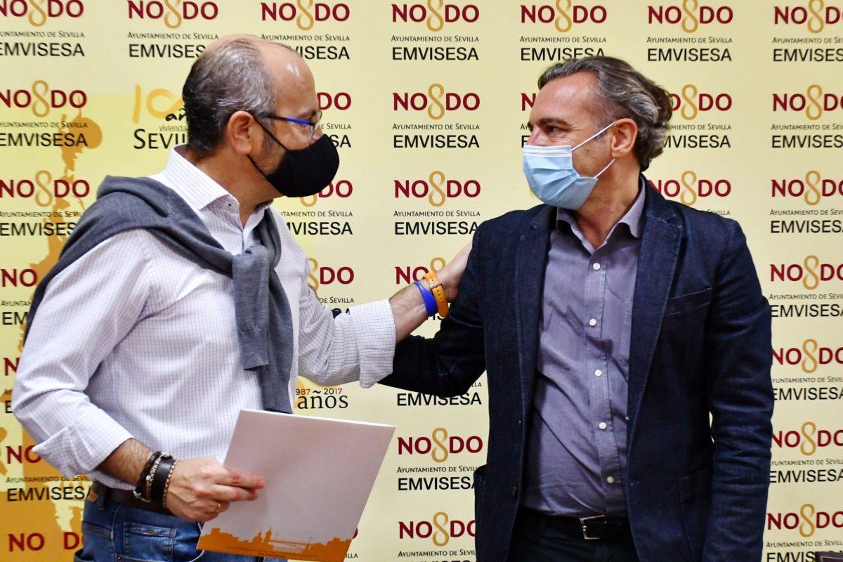Felipe Castro, director gerente de Emvisesa, y Florentino González, presidente de Down Sevilla. Renovación del convenio entre ambas entidades.