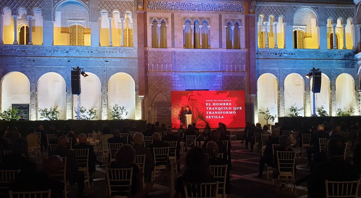 Sevilla homenajea al exalcalde y fundador de Emvisesa Manuel del Valle en un acto celebrado en el Real Alcázar