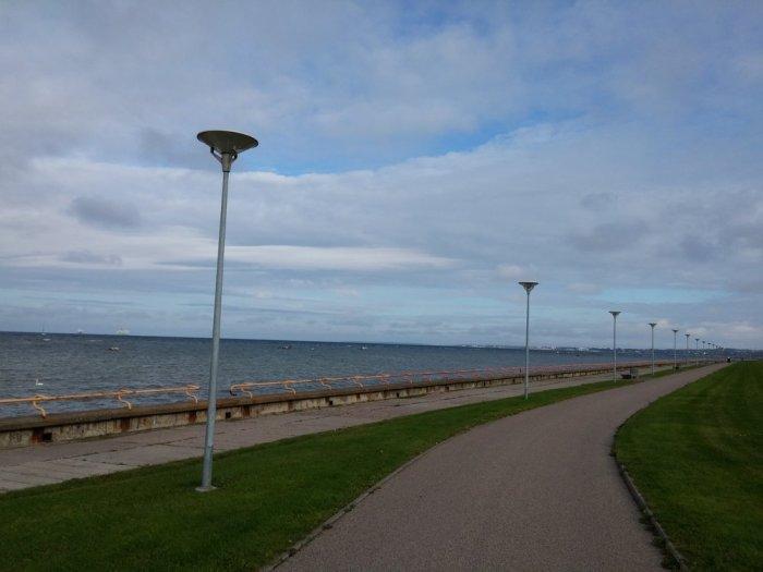Large piste cyclable longeant la Baltique à la sortie de Tallinn sur l'EuroVelo 10
