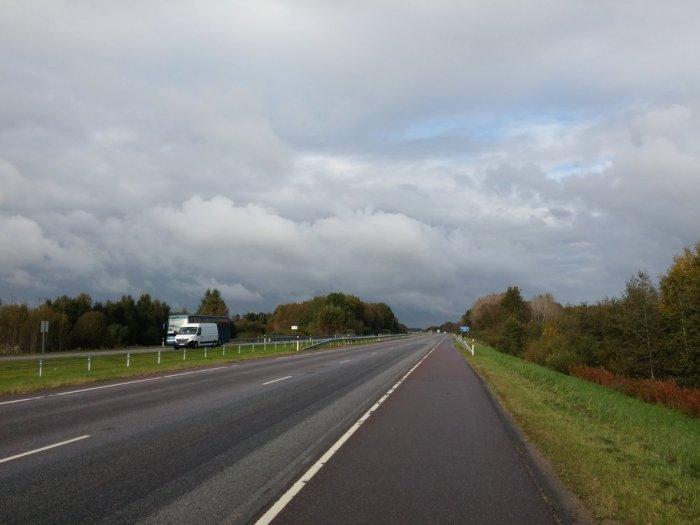Route en ligne droite avec bande latérale entre Pärnu et Tallinn