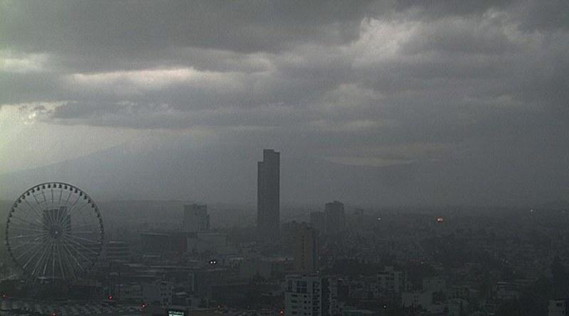 Encharcamientos y árboles desgajados deja lluvia en Puebla