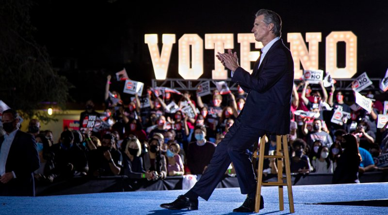 Gobernador de California supera la revocación de mandato