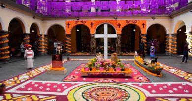 Chignahuapan instala ofrenda monumental en Casa de Cultura de Puebla