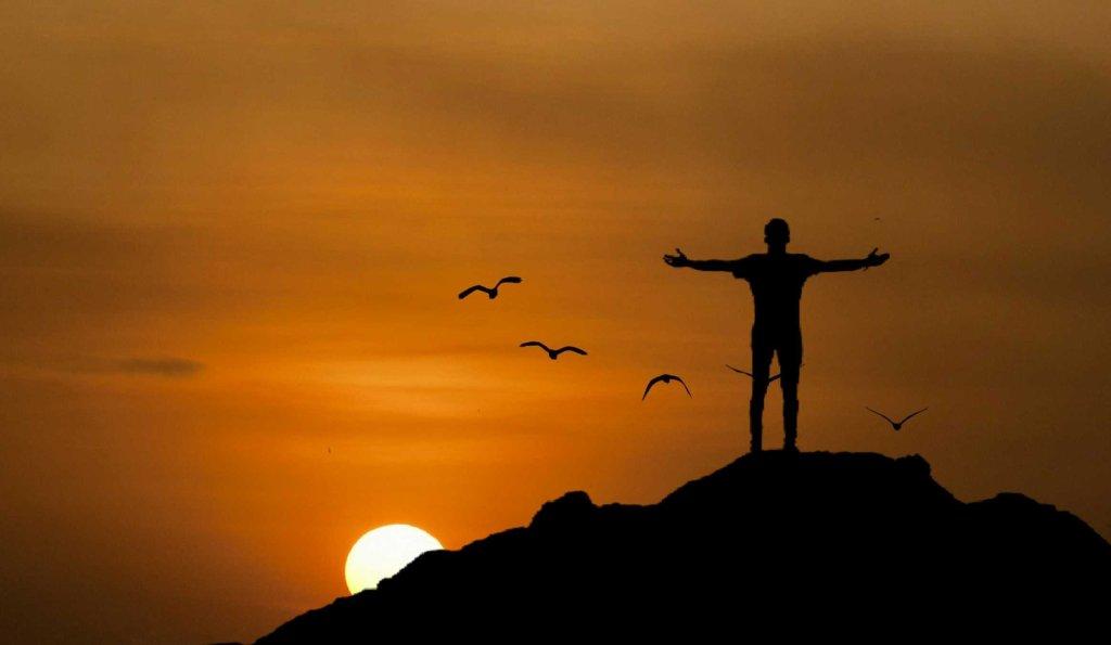 homme croix coucher de soleil