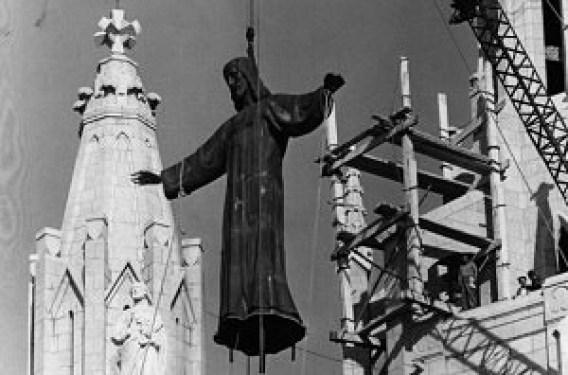 Jesús es izado a la cúspide del Templo.