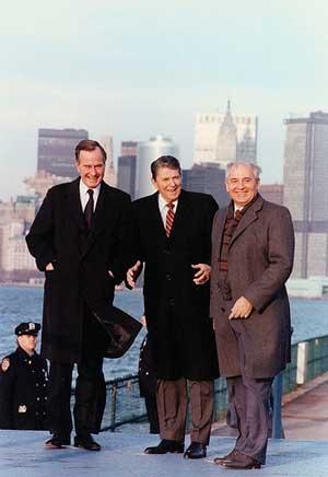 Генеральный секретарь ЦК КПСС Михаил Горбачев, президент США Рональд Рейган (в центре) и вице-президент США Джордж Буш (слева) на прогулке по острову Гавернос-Айленд во время визита М. Горбачева в США в 1988 году.