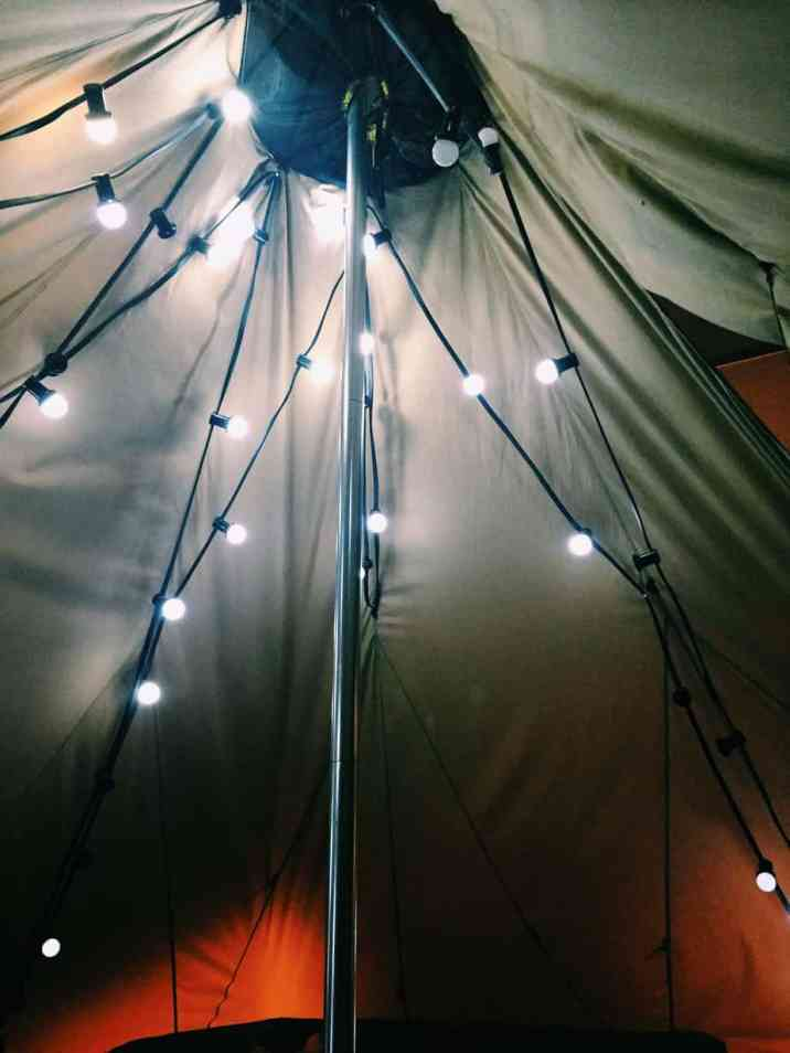 The indoor teepee lights at Ecomama Hotel Amsterdam. The cheapest hotel for an instagram- and eco-friendly stay in Amsterdam: Ecomama Hotel Amsterdam is cozy, sustainable and made my time in Amsterdam special.