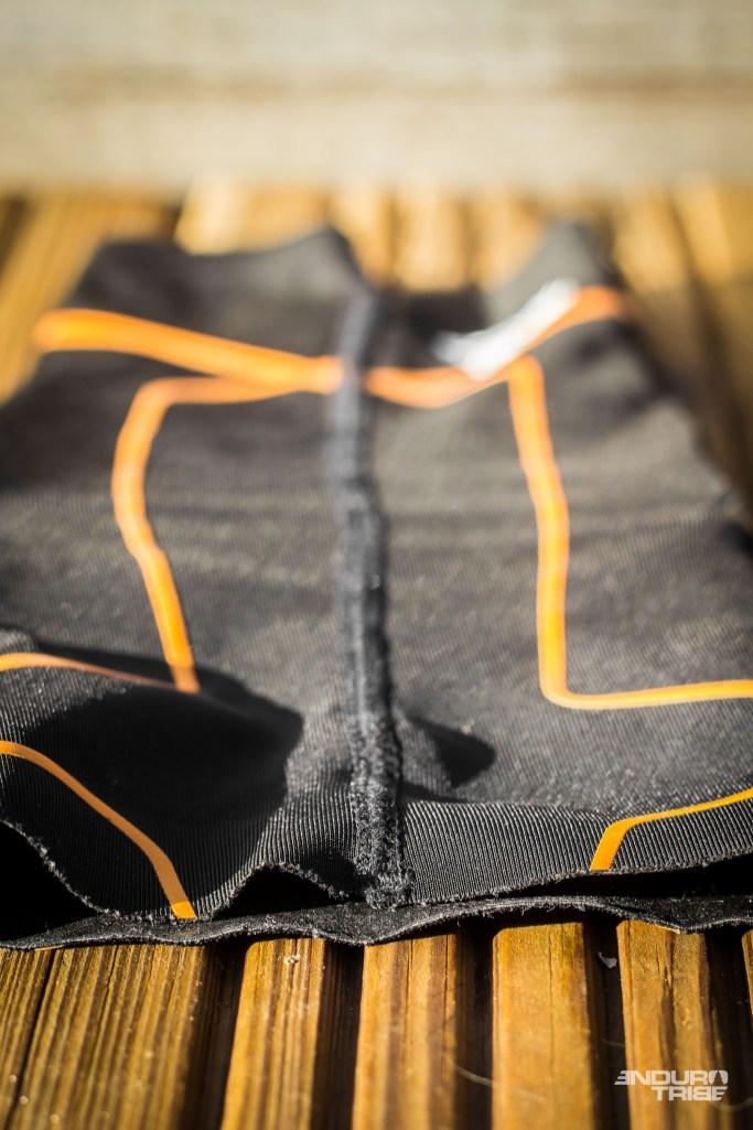 La seule couture du produit ne présente aucune faiblesse, aussi bien aux extrémités qu'en son centre. Aux abords, le tissus ne montre pas de trace de fatigue.