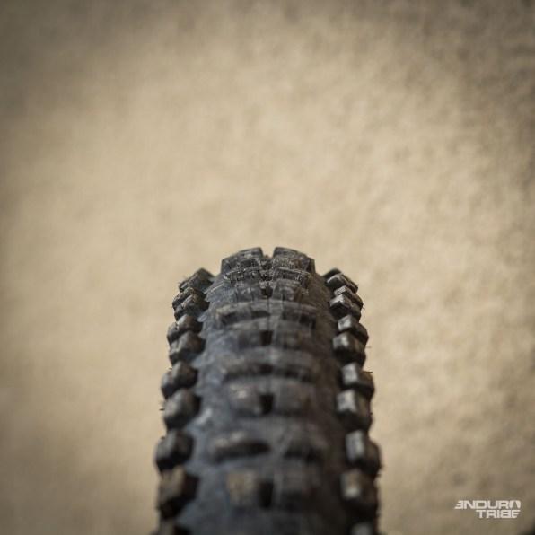 Le même pneu, sur deux jantes différentes. Ici, le Charge XL sur la Crossmax XL Pro, 23mm entre crochets.