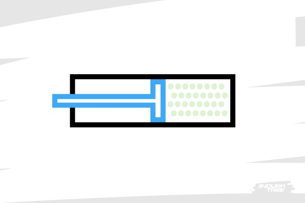 On y parvient à l'aide d'un piston qui coulisse au bout d'une tige. Au fur et à mesure du débattement que l'on prend, le volume de la chambre diminue.