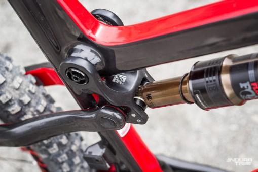 La biellette haute des Factory et Pro est également en carbone. Au total, biellette carbone et fibres haut module font gagner 215g à cette version SL du cadre Spider 275 Carbon.