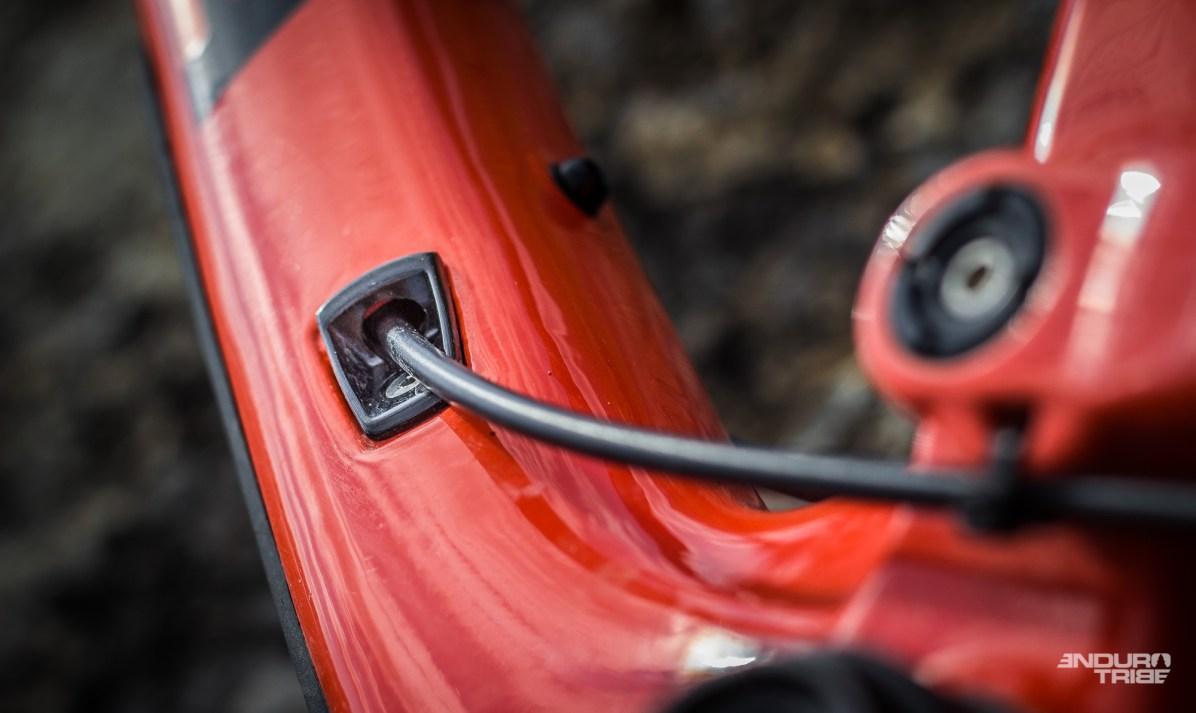Par le passé, seuls les câbles passaient en interne au cadre de la marque espagnole. Sur le Orbea Occam AM M10, ce sont désormais des gaines et durites complètes qui parcourent les tubes. À l'usage, elles vibrent et émettent du bruit au sein du châssis. Phénomène un peu plus discret avec le montage mono-plateau qui surprime une des gaines qui parcoure le tube oblique…