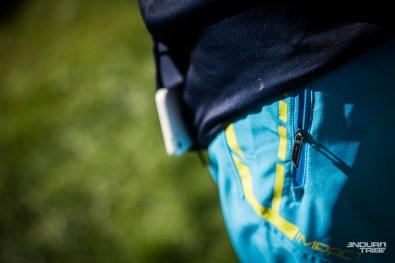 Pour le reste, il y a les poches, en premier lieu. Pratique Enduro oblige, on évite les maillots cyclistes aux poches ouvertes : le meilleur moyen de tout perdre au premier bunny-up… Ou de tout se prendre dans la tête au moment de basculer dans la pente !