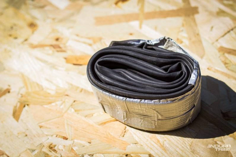 Presque inévitable, la crevaison ! Le matériel pour y remédier est indispensable pour ne pas rentrer à pied. La chambre à air ? incontournable. Quelle que soit la nature de l'avarie, elle remet un pneu en forme et permet de finir sans encombre. Le scotch américain ne sert pas qu'à la tenir, mais aussi à colmater, temporairement, un flanc de pneu trop entaillé…