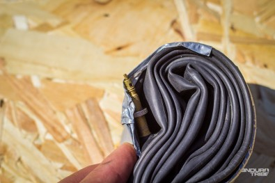 À ce sujet, bien prendre garde à la manière de replier la chambre à air, pour positionner la valve. À Force d'être secouée dans les poches, cette dernière, mal placée, peut entailler le caoutchouc et percer la précieuse prématurément...