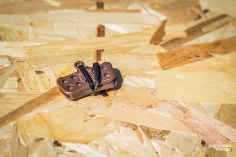 Certains ont l'habitude d'embarquer une paire de plaquette de rechange dans le sac à dos, au cas où… C'est déjà plus superflu, dans le sens où - à l'inverse du cable de dérailleur, de la chaine ou du pneu - les plaquettes s'usent mais ne cassent pas. Certes, la contamination par de l'huile est possible… Mais dans ce cas, il y a fort à parier qu'elle provienne du frein, lui même hors d'usage, pour lequel des plaquettes neuves ne seront d'aucun secours. En cas de doute quant à l'autonomie restante, autant partir avec les plaquettes neuves, garder les usagées à l'atelier - au cas où - et s'économiser la paire dans la poche…
