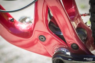 Débat du moment. Certains vélos reviennent au boitier vissé, quand d'autres ont exploré la solution intégrée au cadre. Santa Cruz n'a jamais dévié de cette solution depuis son adoption.