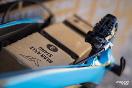 Au fond du carton, le vélo repose sur deux cales pensées pour recevoir les axes de roues.