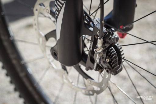 Les freins nippons sont ici équipés de plaquettes Ice, aux ailettes de refroidissement extérieures sensées évacuer plus de chaleur pour optimiser l'endurance du freinage. De quoi inciter à se lâcher ?!