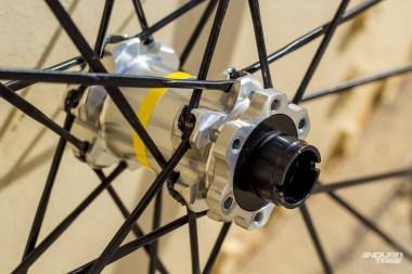 Simple, précis et sans même démonter les roues du vélo, les écrous à encoche des moyeux Mavic permettent d'ajuster la précontrainte des roulements et parer ainsi à l'apparition de jeu.