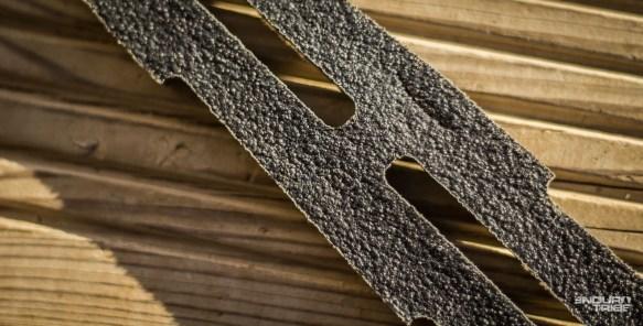 Là, une marque issue d'un fort impact avec une pierre. La fente est entière, totalement traversante. La bande est transpercée, mais la jante et le pneu ne souffrent d'aucune marque.