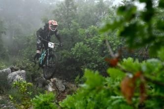 En participant à la Rider'Z du Luberon ensuite. Terrain à nouveau rocailleux et suspensions à l'hydraulique récalcitrante. C'est bien connu, quand ces dernières flanchent, les roues ramassent... Rien, une fois de plus..!