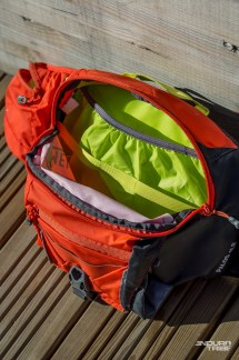 À l'intérieur de la poche centrale, un compartiment qui reçoit la poche à eau, d'une capacité de 2L.