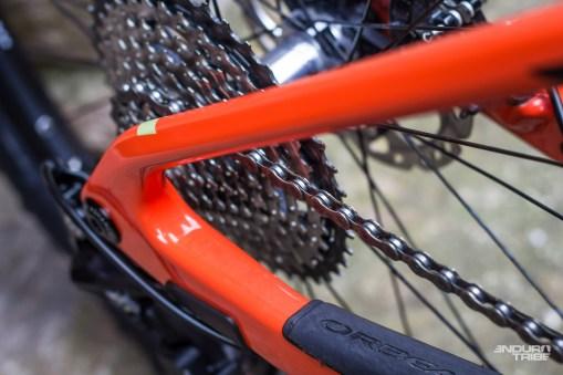 Sur le Occam AM, le degré de liberté nécessaire au bon fonctionnement de la suspension est assuré par la flexibilité maitrisée des fibres de carbone. Les bases massives et hautes devant assurer la rigidité du train arrière, ce sont les haubans fins et profilés qui doivent fléchir…