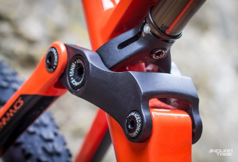 Le choix de l'amortisseur reste simple sur le Occam. Le pied d'amortisseur qui relie à la biellette est similaire à celui utilisé chez Commençal et Lapierre notamment : compatible avec tous les amortisseurs du marché, sans nécessité d'une extrémité de piston spécifique.