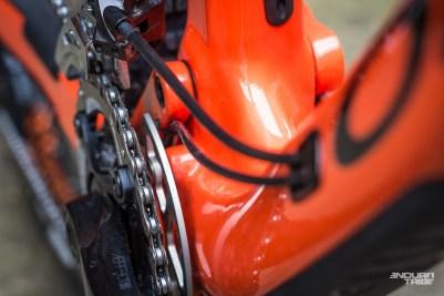 Côté transmission, la gaine du dérailleur arrière passe notamment au dessus du boitier, à l'abris des projections dévastatrices qui siègent sous le boitier de pédalier.