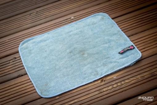 étape #1-4 > laisser agir de 3 à 5 minutes, sans laisser sécher. Facile l'hiver, plus compliqué sans ombre, l'été... Mais cet intervalle est important. Puis, rincer à l'eau claire et utiliserla serviette micro-fibre pour sécher le vélo.