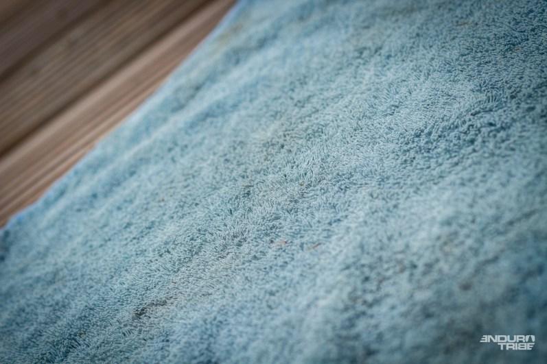 On ne soupçonne pas que la face épongesoit aussi absorbante. Cette capacité permet de proposer une serviette de petite taille.