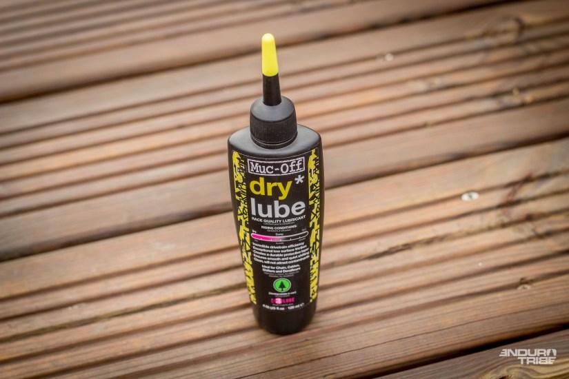 Le lubrifiant pour conditions sèches, appliqué de la même manière,a tenu 4h de roulage dans la poussière exceptionnelle de la mi-janvier à 10°C de moyenne.