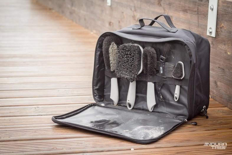 La valise se divise en 3 compartiments. Le premier sert à ranger les brosses. La bande élastique aux différents emplacements permet à chacune de trouver sa place. Les tissus de la zone sont insensibles à l'humidité. Les brosses peuvent y être rangées encore mouillées, pour peut qu'on ai pris le temps d'en chasser grossièrement le surplus d'eau.