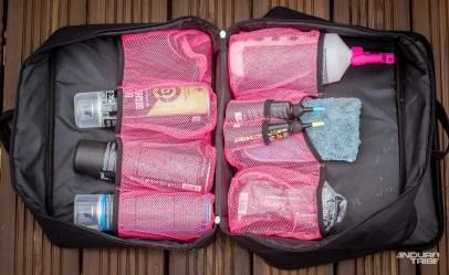 L'autre compartiment sert à ranger les produits. Chacun a son emplacement. Y compris la serviette qui peut elle aussi prendre place humide dans la valise, même s'il est mieux de la laisser sécher à l'air libre. Pas de mauvaises odeurs relevées lorsqu'il fallait impérativement la ranger dans cet état.